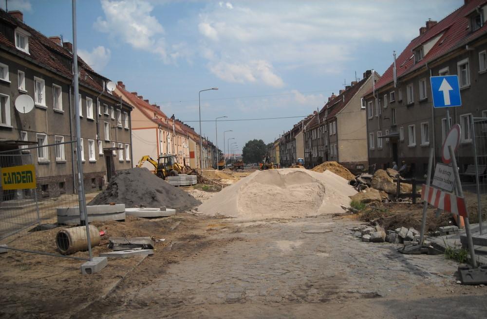 Ilustracja do informacji: Sprawdzamy jak wyglądają prace na ulicy Gnieźnieńskiej w Żarach.