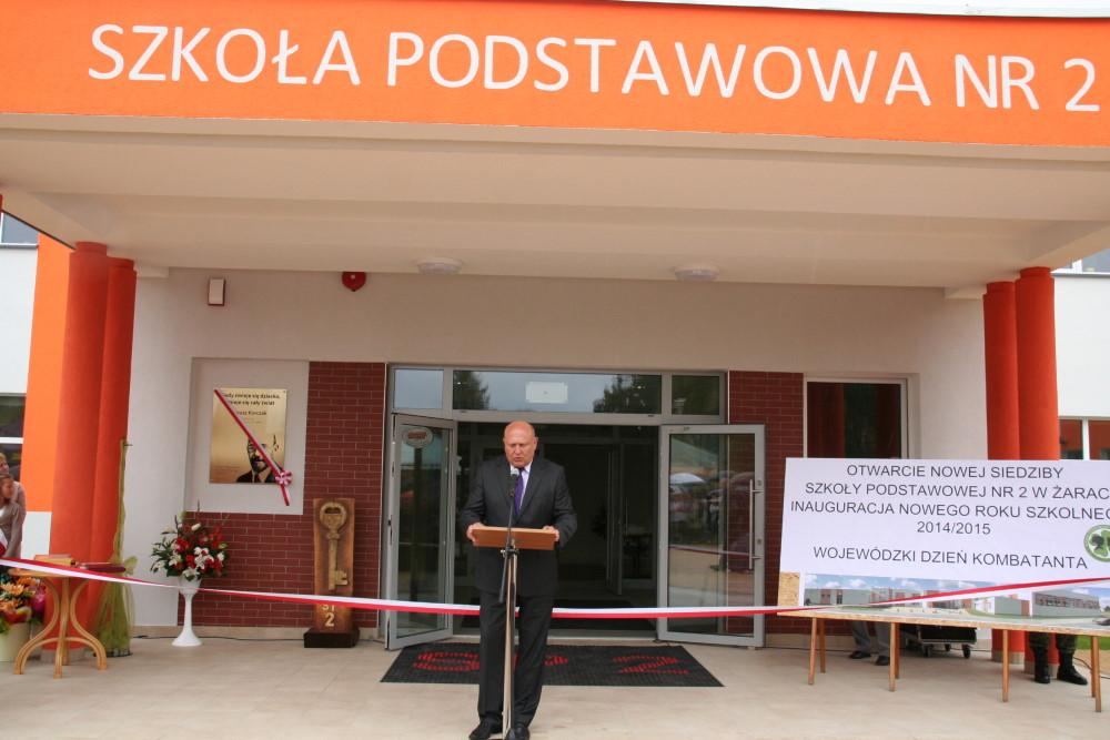 Ilustracja do informacji: Pierwszego września Burmistrz Żar przekazał klucze do nowej szkoły.