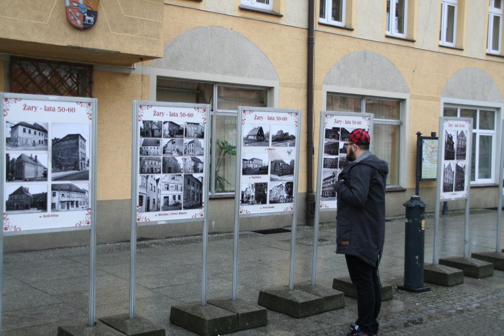 """Ilustracja do informacji: Nowa wystawa na żarskim rynku """"Żary – lata 50"""""""