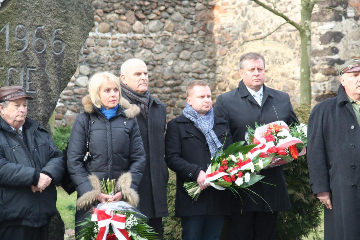 Ilustracja do informacji: Złożenie kwiatów pod pomnikiem Zesłańców Sybiru w Żarach