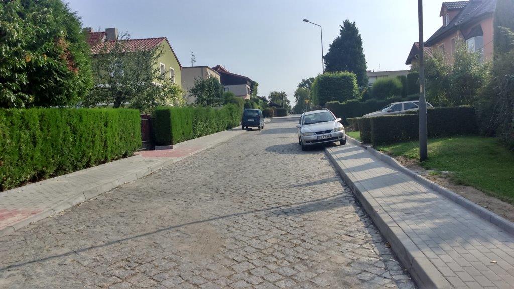 Ilustracja do informacji: Zakończenie prac przy ulicy Łokietka w Żarach. Wymieniono chodniki oraz nawierzchnię drogi