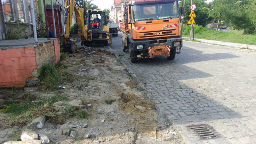 Ilustracja do informacji: Rozpoczęcie prac przy ulicy Okrzei w kierunku ronda - wymiana chodników