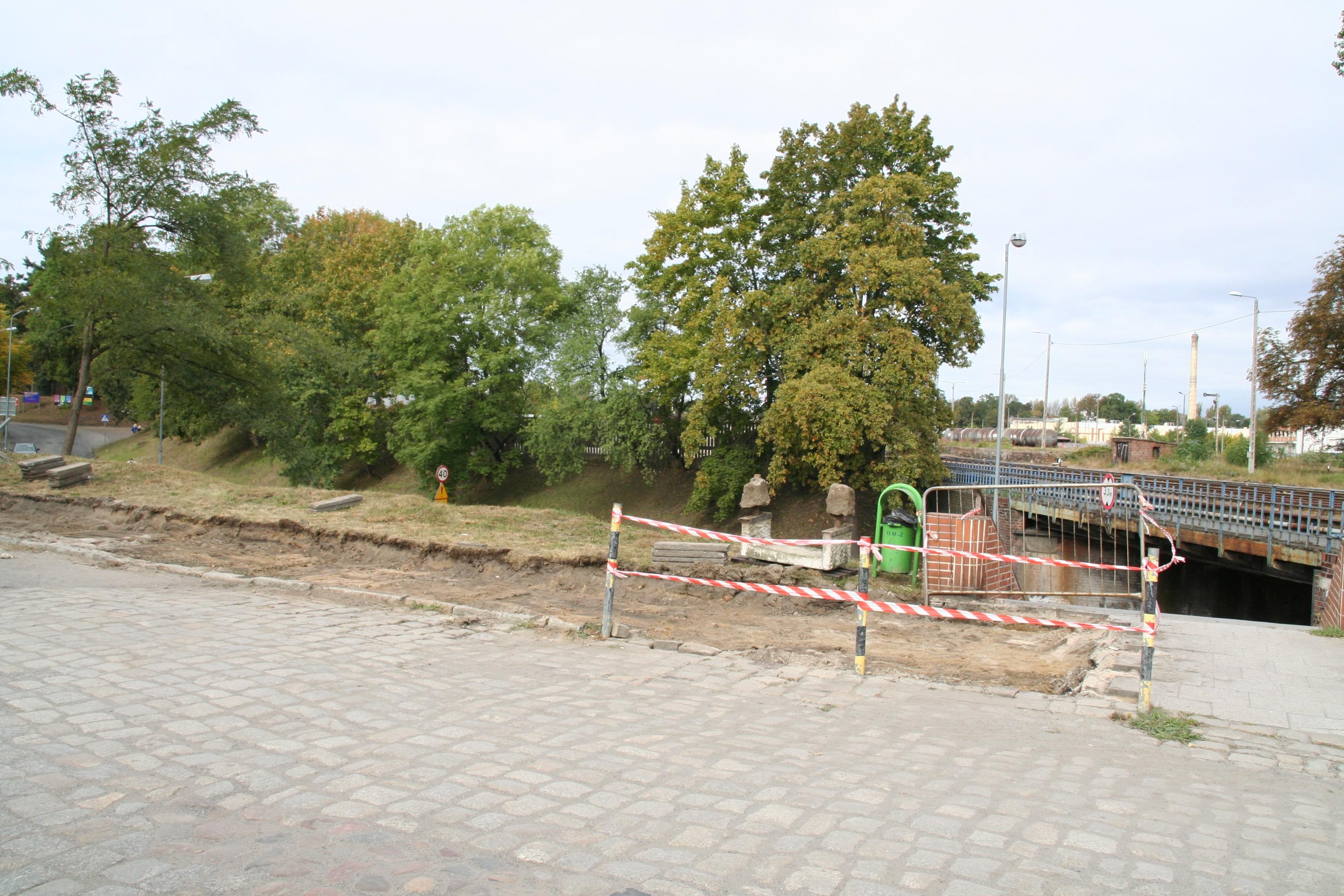 Ilustracja do informacji: Rozpoczął się remont drugiej strony chodnika na ul. Okrzei.