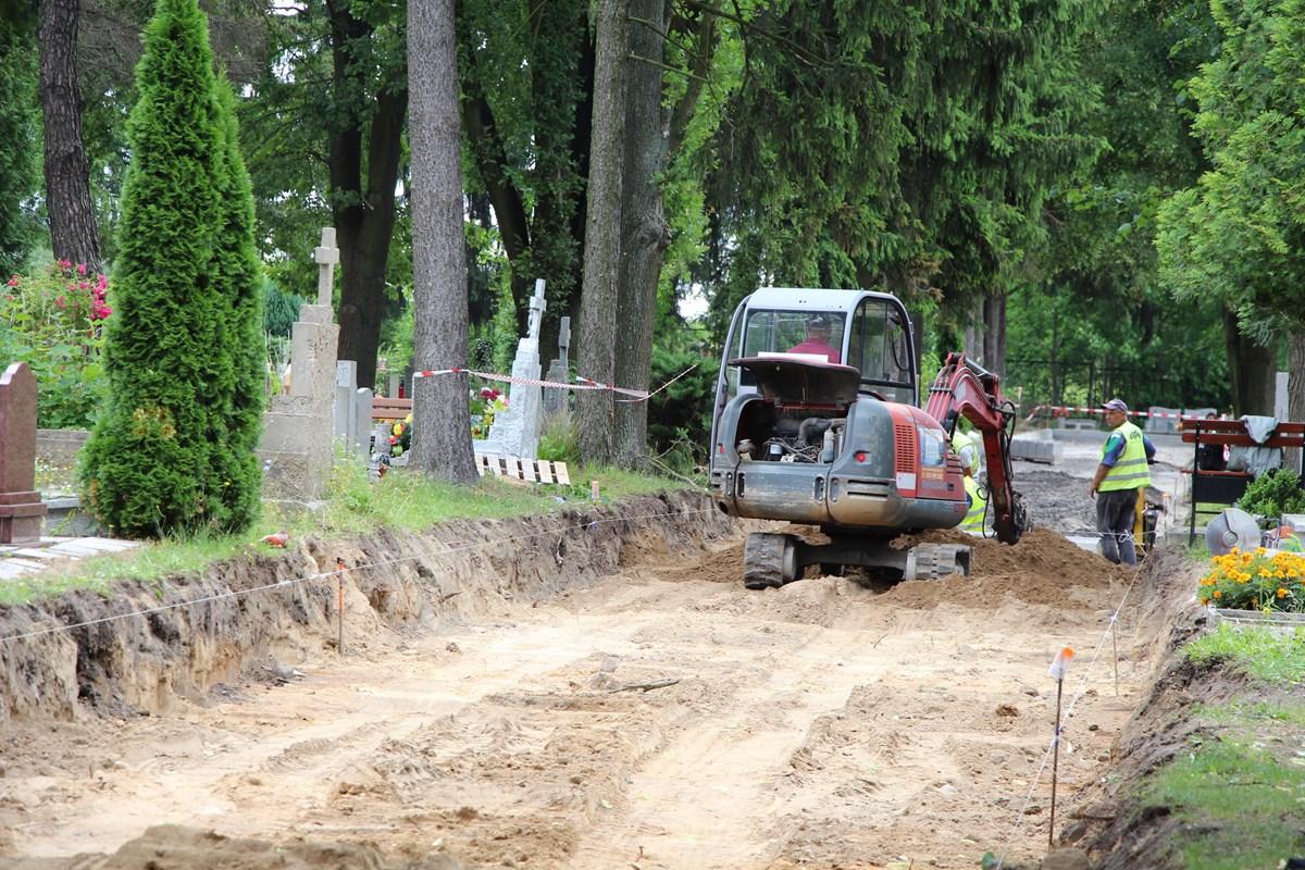 Ilustracja do informacji: Prace na cmentarzu w Żarach