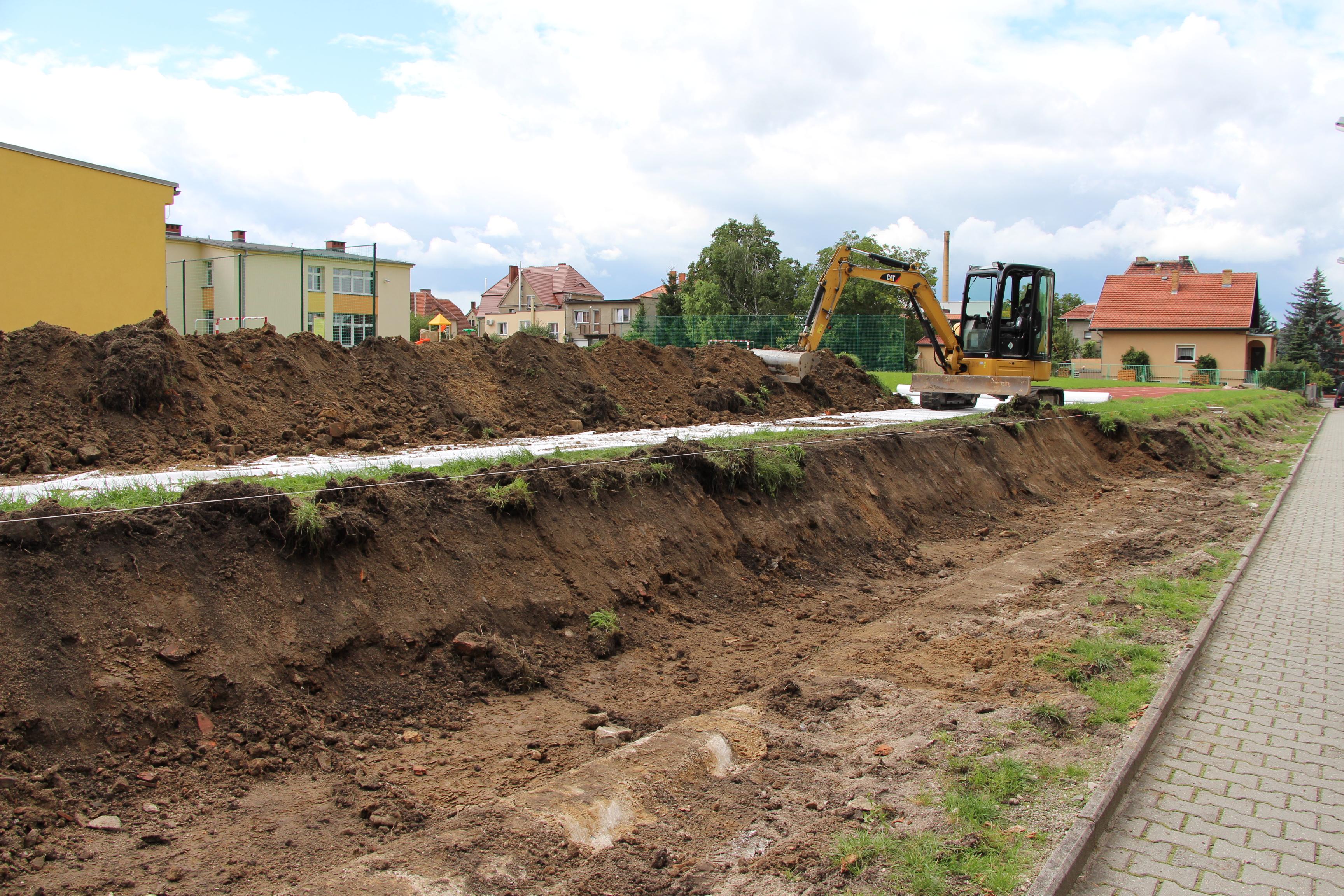 Ilustracja do informacji: Trwa wymiana ogrodzenia Szkoły Podstawowej nr 8 w Żarach od ulicy Fredry.
