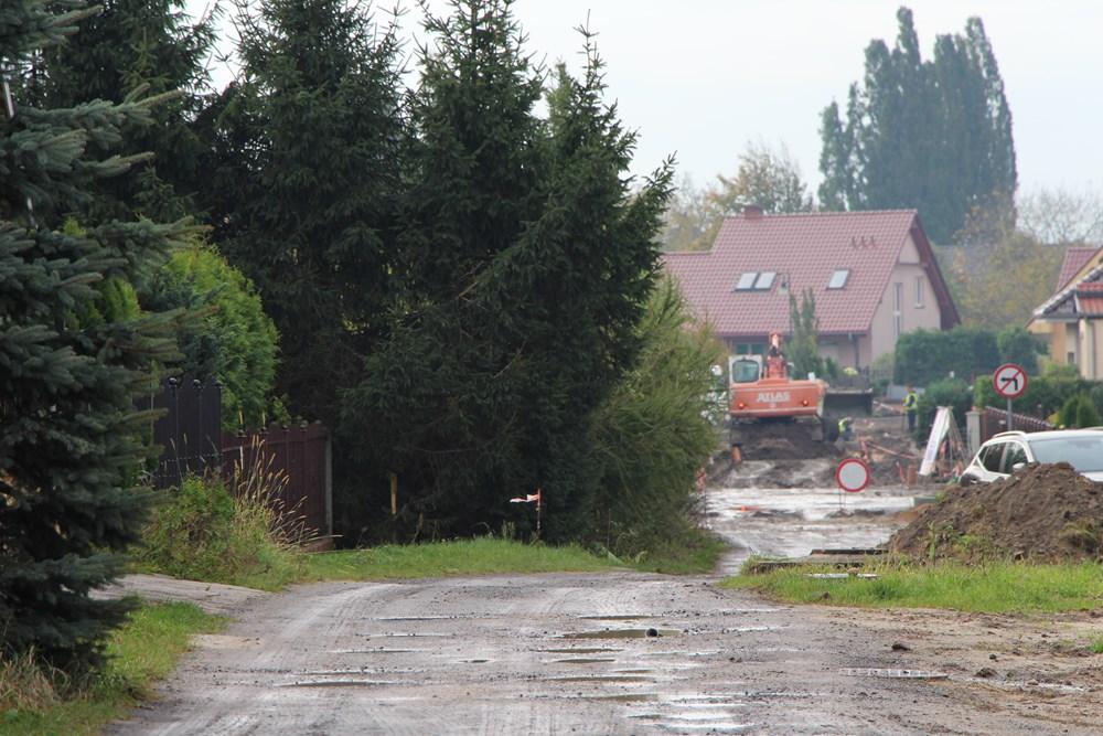 Ilustracja do informacji: Trwa budowa drogi wraz z infrastrukturą techniczną - ul. Morelowa w Żarach