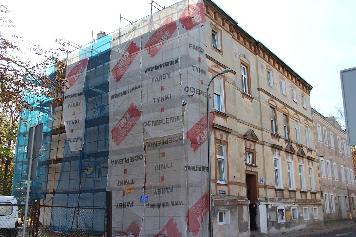 Ilustracja do informacji: Dotacja celowa z Urzędu Miejskiego w Żarach w kwocie około 39 tysięcy złotych. Roboty budowlane polegające na remoncie elewacji zewnętrznej - ul. Żagańska 28.