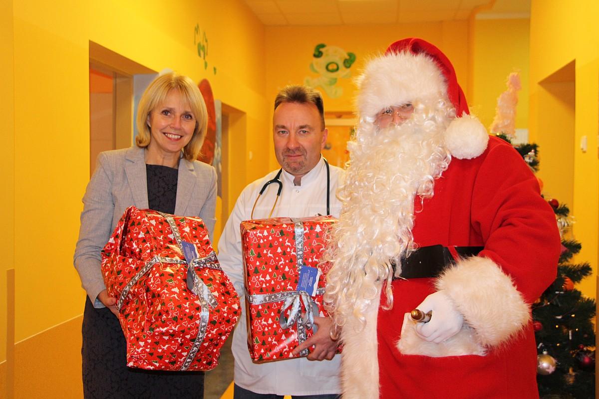 Ilustracja do informacji: Z okazji Mikołajek Danuta Madej Burmistrz Miasta Żary odwiedziła z prezentami dzieci w żarskim szpitalu.