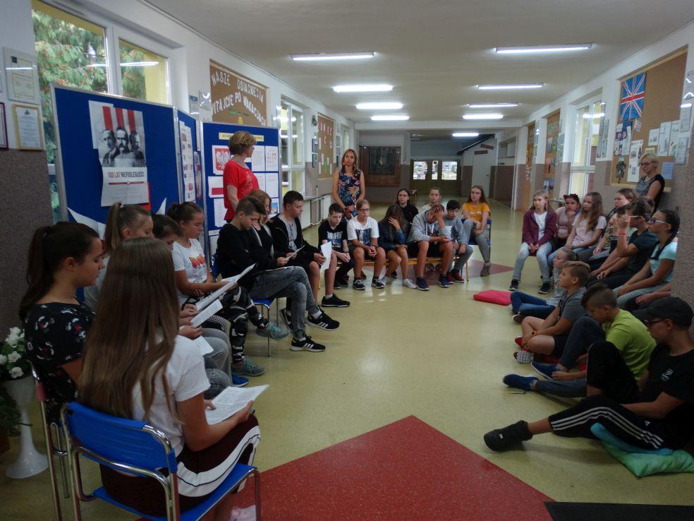 Ilustracja do informacji: Narodowe Czytanie w Szkole Podstawowej Nr 1 w Żarach