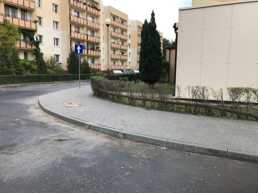 Ilustracja do informacji: Przebudowany chodnik - ul. Zawiszy Czarnego przy bloku nr 17