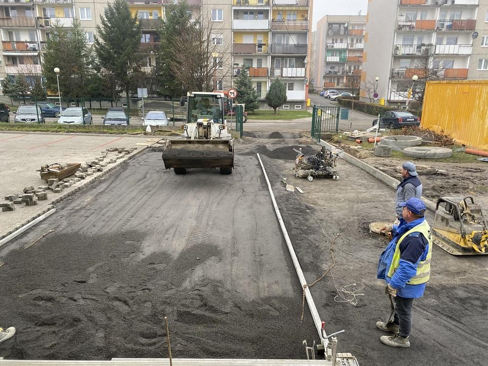 Ilustracja do informacji: Trwają prace przy Szkole Podstawowej nr 1 w Żarach