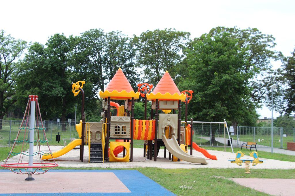 Ilustracja do informacji: Z Budżetu Obywatelskiego rozbudowano plac zabaw przy Szkole Podstawowej nr 2