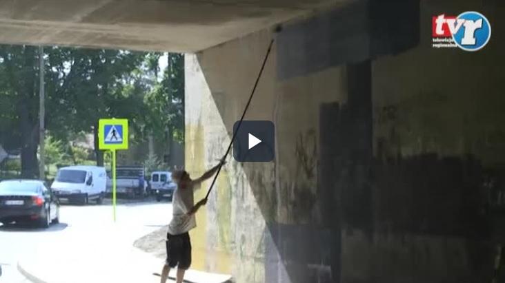 Ilustracja do informacji: Malują mural na wiadukcie