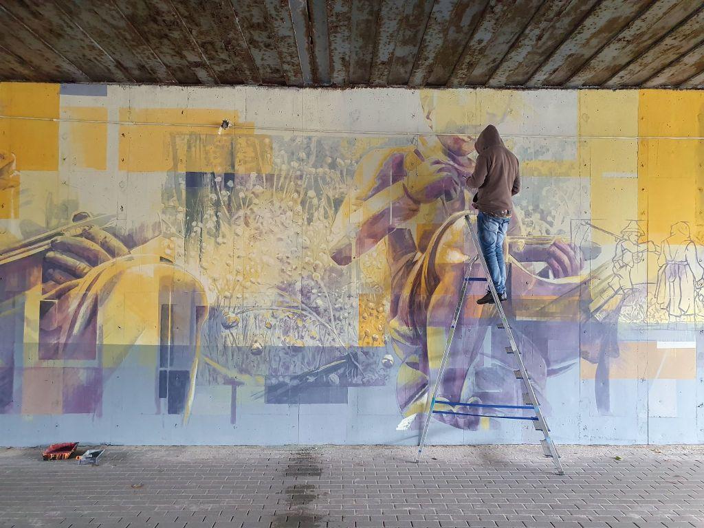 Ilustracja do informacji: Malują mural ...